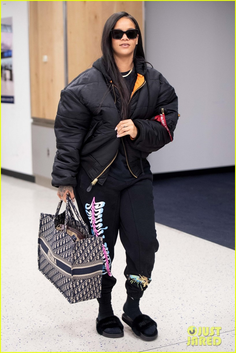 rihanna catches flight out of nyc 09