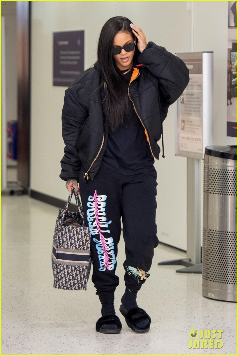 rihanna catches flight out of nyc 10