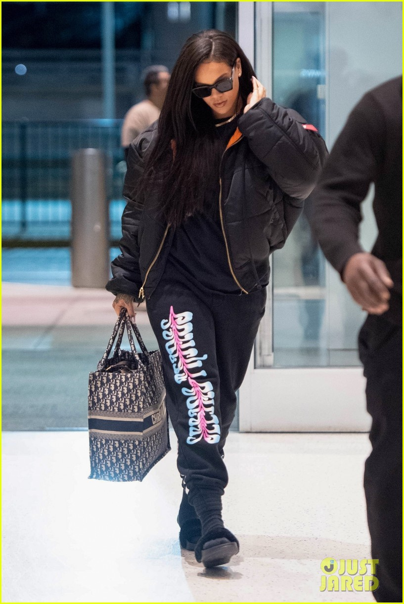 rihanna catches flight out of nyc 14