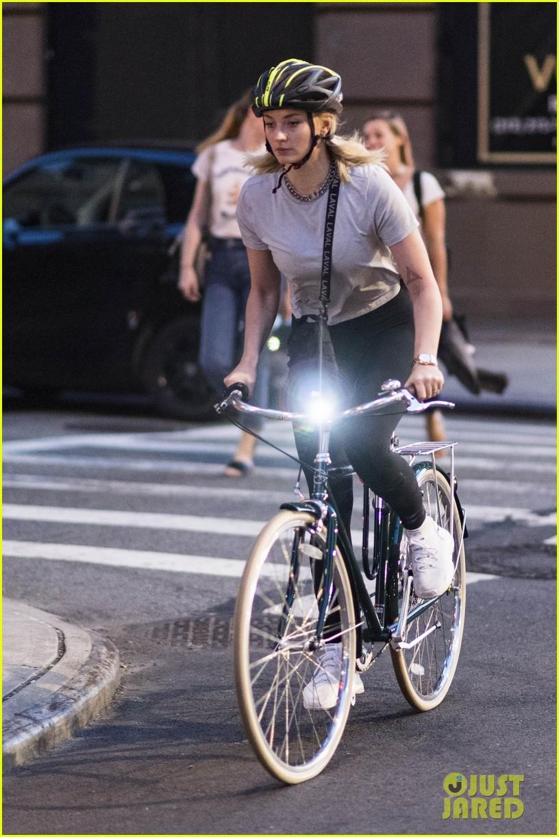 joe jonas sophie turner bike ride 014118040