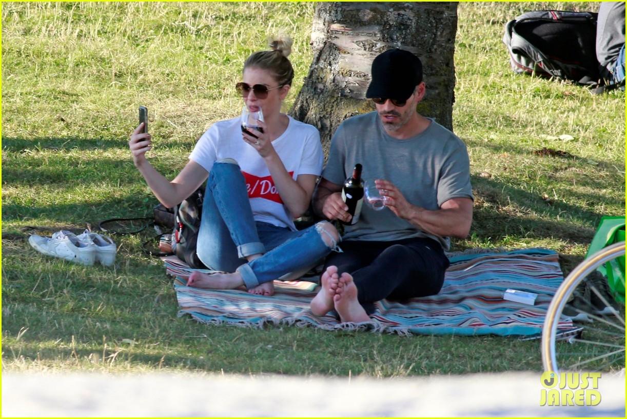 leann rimes and eddie cibrian enjoy romantic picnic in vancouver 01