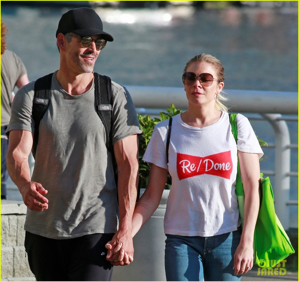 leann rimes and eddie cibrian enjoy romantic picnic in vancouver 02