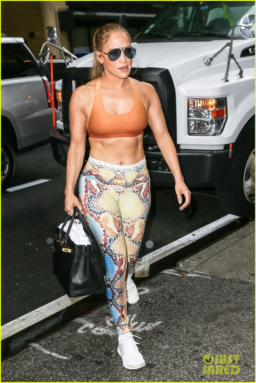 jennifer lopez shows off her abs at the gym 024123575