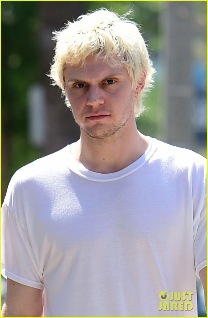 emma roberts evan peters couple up for afternoon date 04