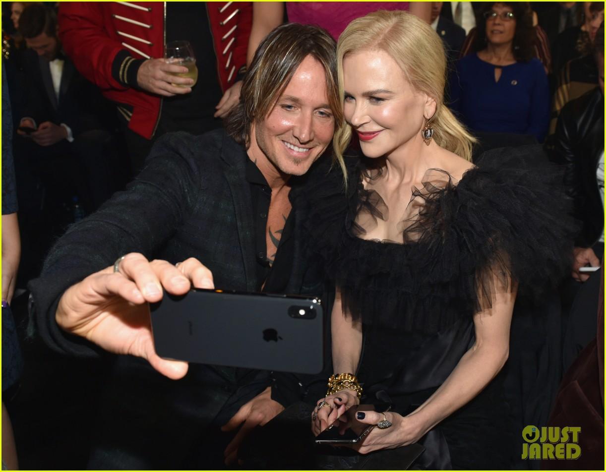 nicole kidman and keith urban snap a selfie at cma awards 2018 04