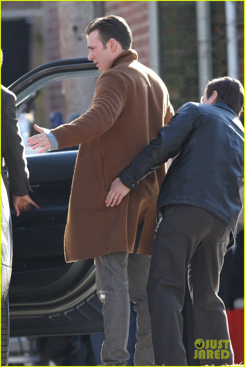 http://cdn02.cdn.justjared.com/wp-content/uploads/2018/12/evans-pat/chris-evans-gets-pat-down-knives-out-set-03.jpg
