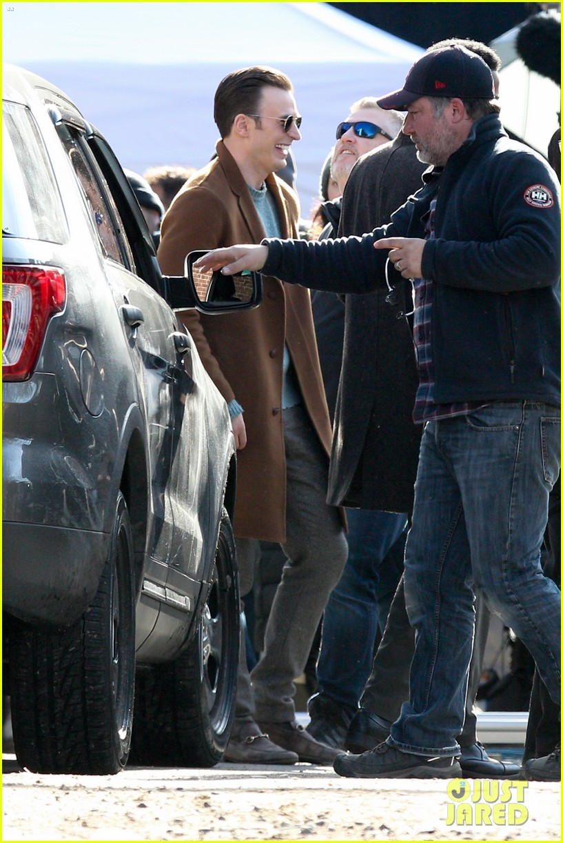 http://cdn02.cdn.justjared.com/wp-content/uploads/2018/12/evans-pat/chris-evans-gets-pat-down-knives-out-set-05.jpg