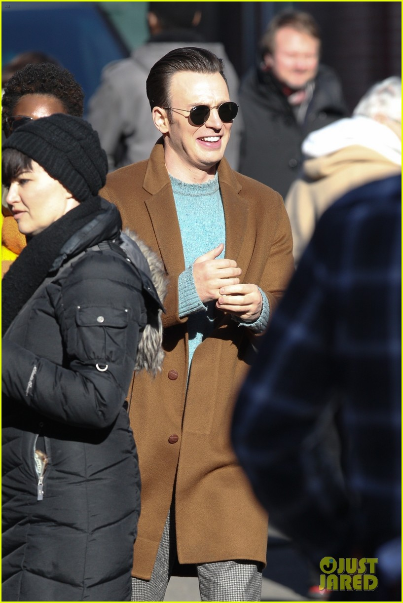 http://cdn02.cdn.justjared.com/wp-content/uploads/2018/12/evans-pat/chris-evans-gets-pat-down-knives-out-set-09.jpg