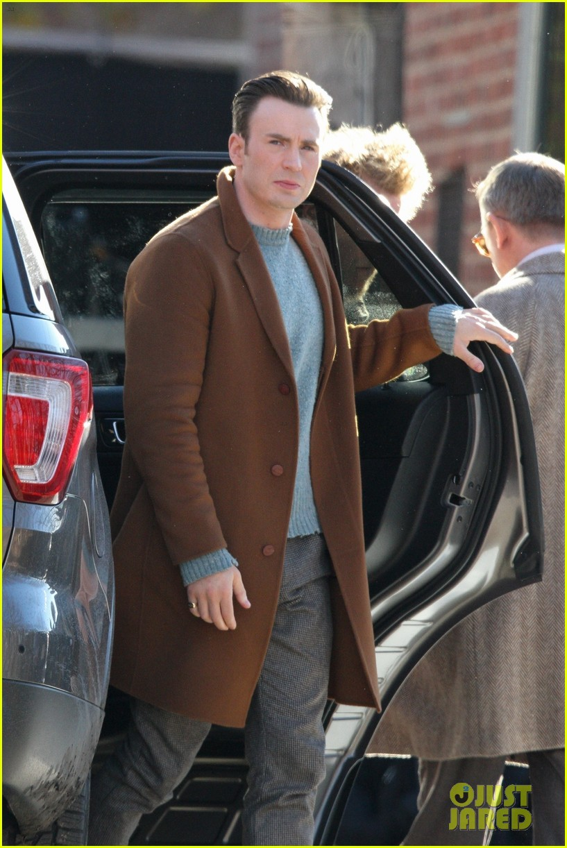 http://cdn02.cdn.justjared.com/wp-content/uploads/2018/12/evans-pat/chris-evans-gets-pat-down-knives-out-set-25.jpg