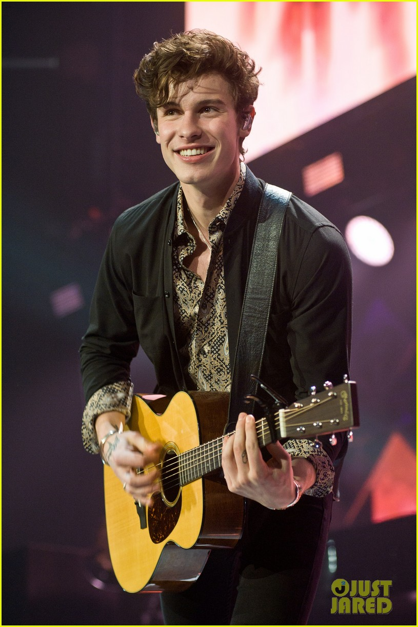 shawn mendes rocks out at 1035 kiss fm jingle ball chicago 02