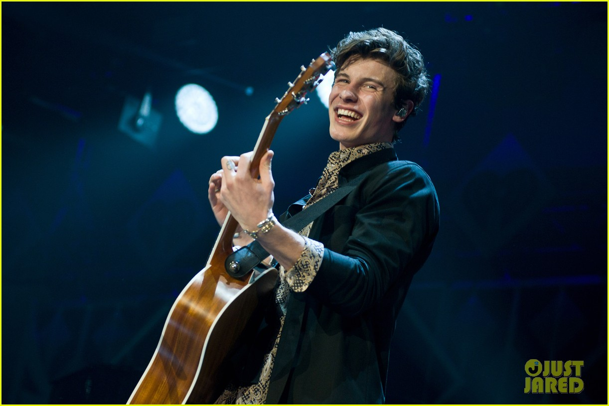 shawn mendes rocks out at 1035 kiss fm jingle ball chicago 05