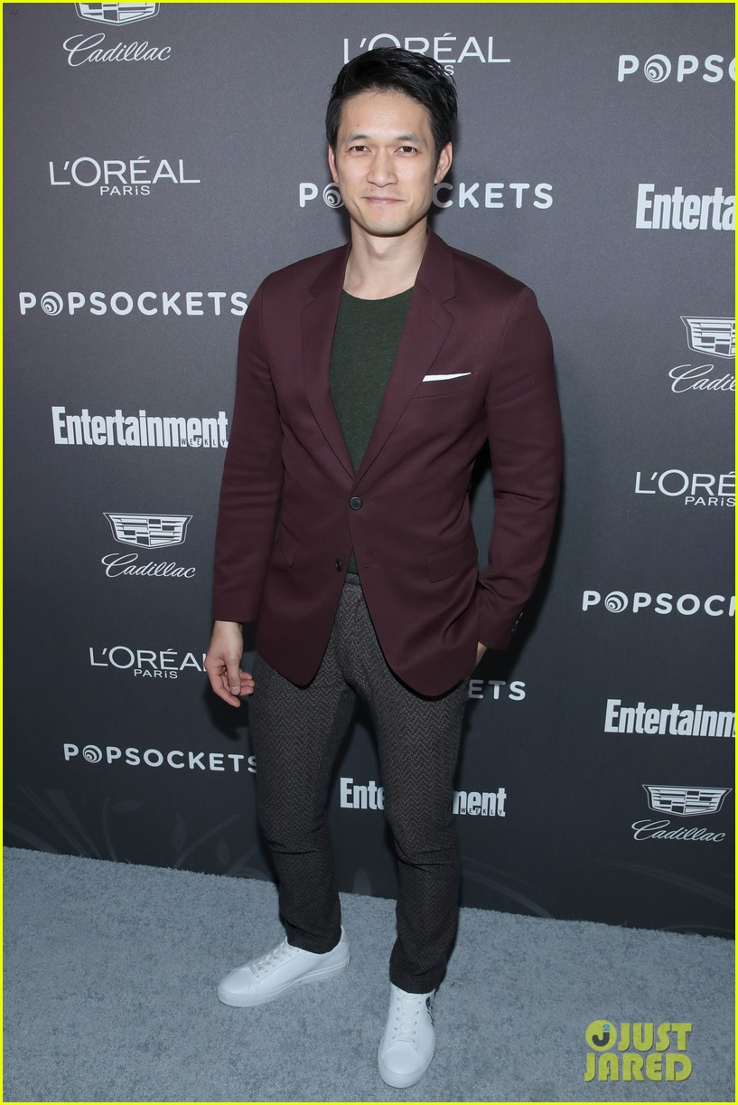 darren criss henry golding looks so suave at ew pre sag party 09