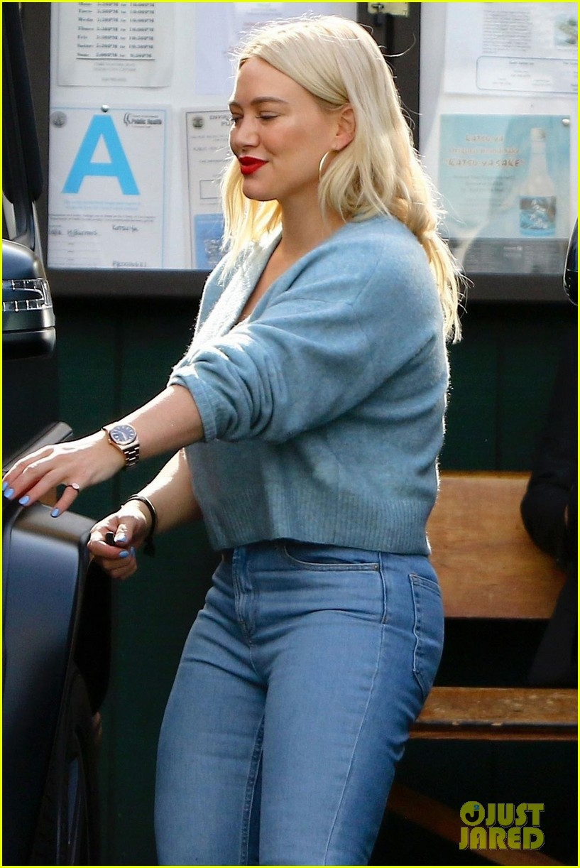 hilary duff bright blue lunch with friends 06