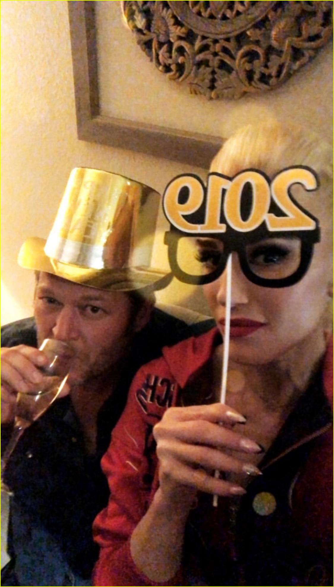 gwen stefani blake shelton share new years eve kiss 03