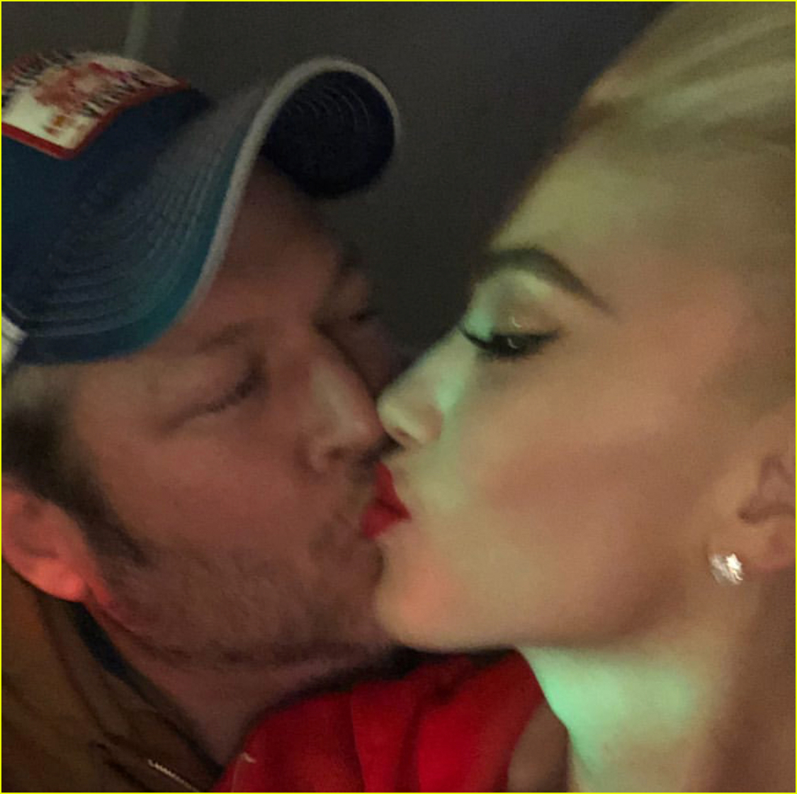 gwen stefani blake shelton share new years eve kiss 04