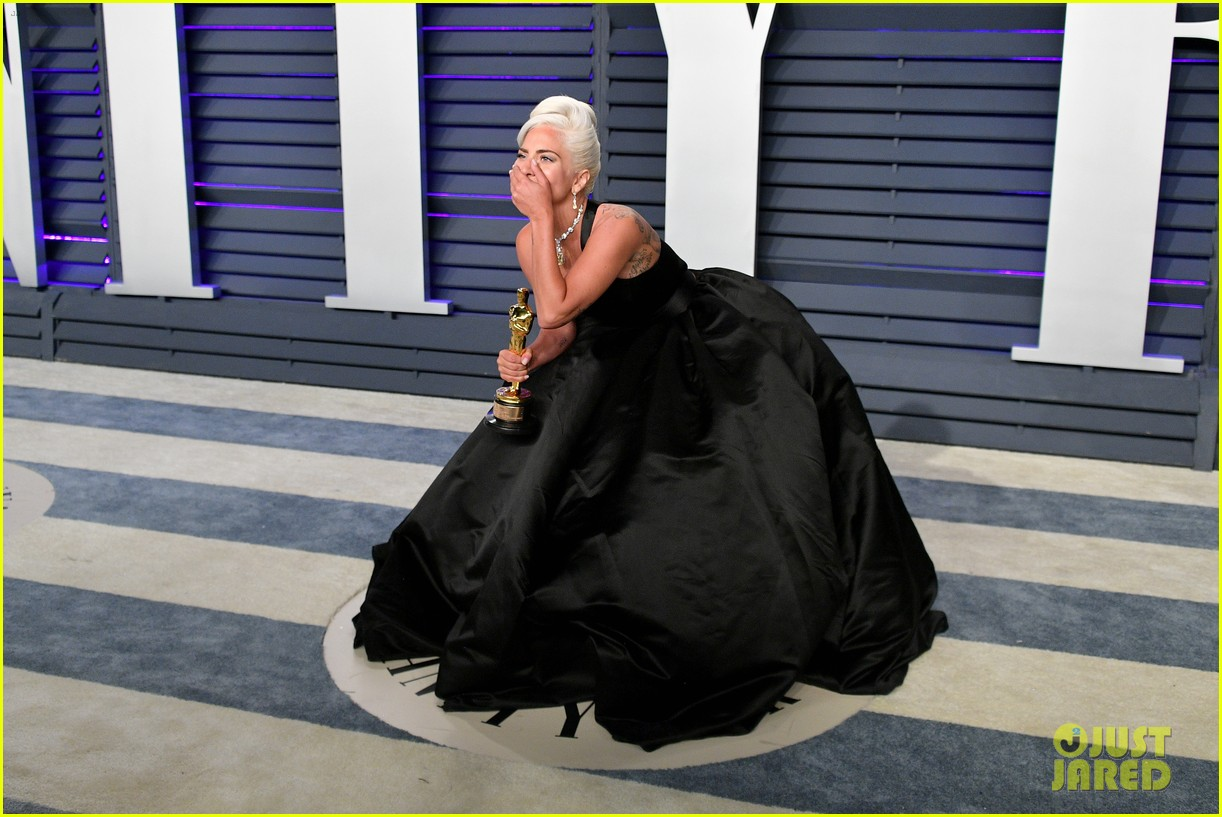 Full Sized Photo Of Lady Gaga Kisses Her Statue At Vanity Fair Oscars Party 07 Photo 4246577 Just Jared