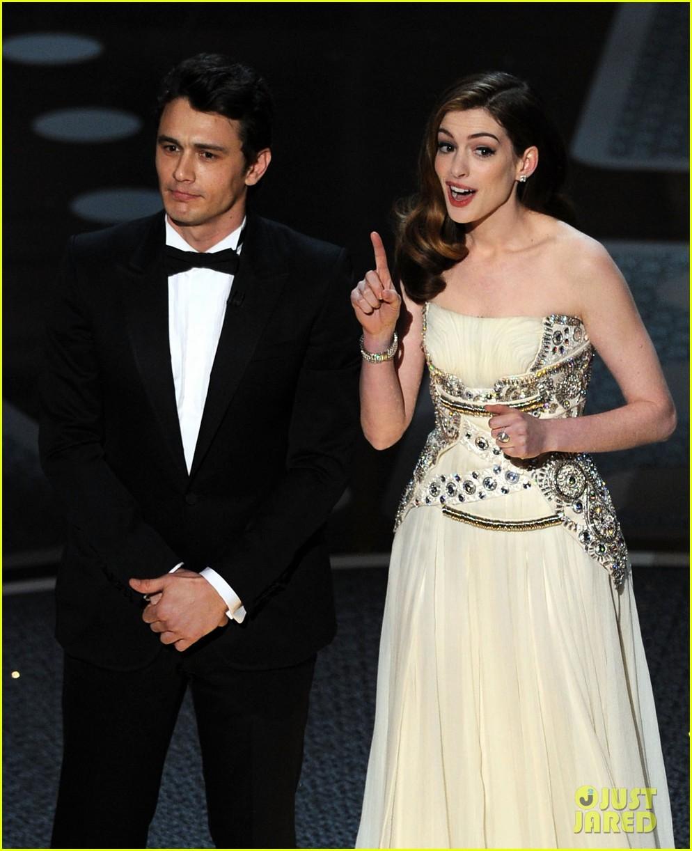 Anne Hathaway Oscar Award: Full Sized Photo Of Anne Hathaway Mocks Oscar Host Gig