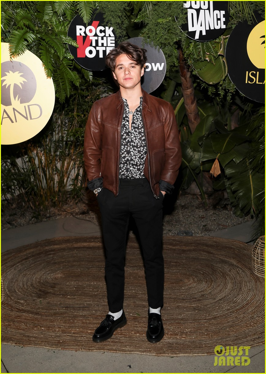shawn mendes rocks maroon suit for island records pre grammys event 04
