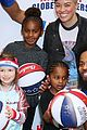 charlize theron harlem globetrotters game 01