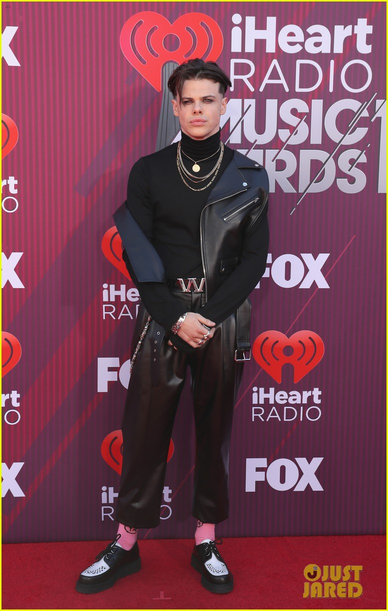 Halsey & Boyfriend Yungblud Walk the Red Carpet Separately at