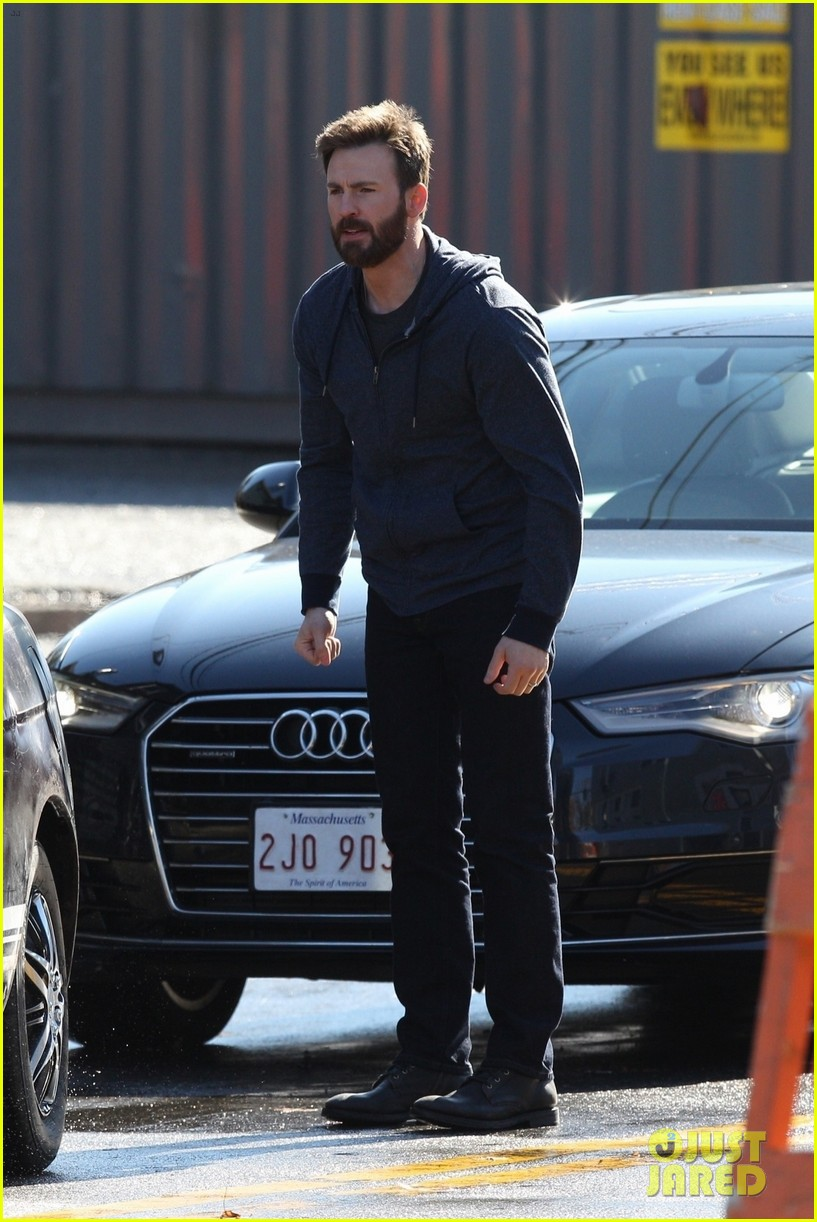 http://cdn02.cdn.justjared.com/wp-content/uploads/2019/04/evans-film1/chris-evans-films-defending-jacob-05.jpg