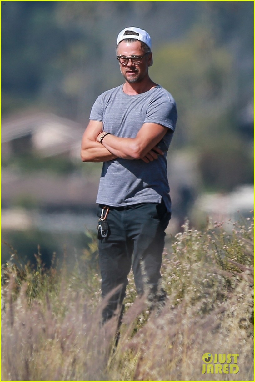 josh duhamel films project with friends during brentwood hike 04