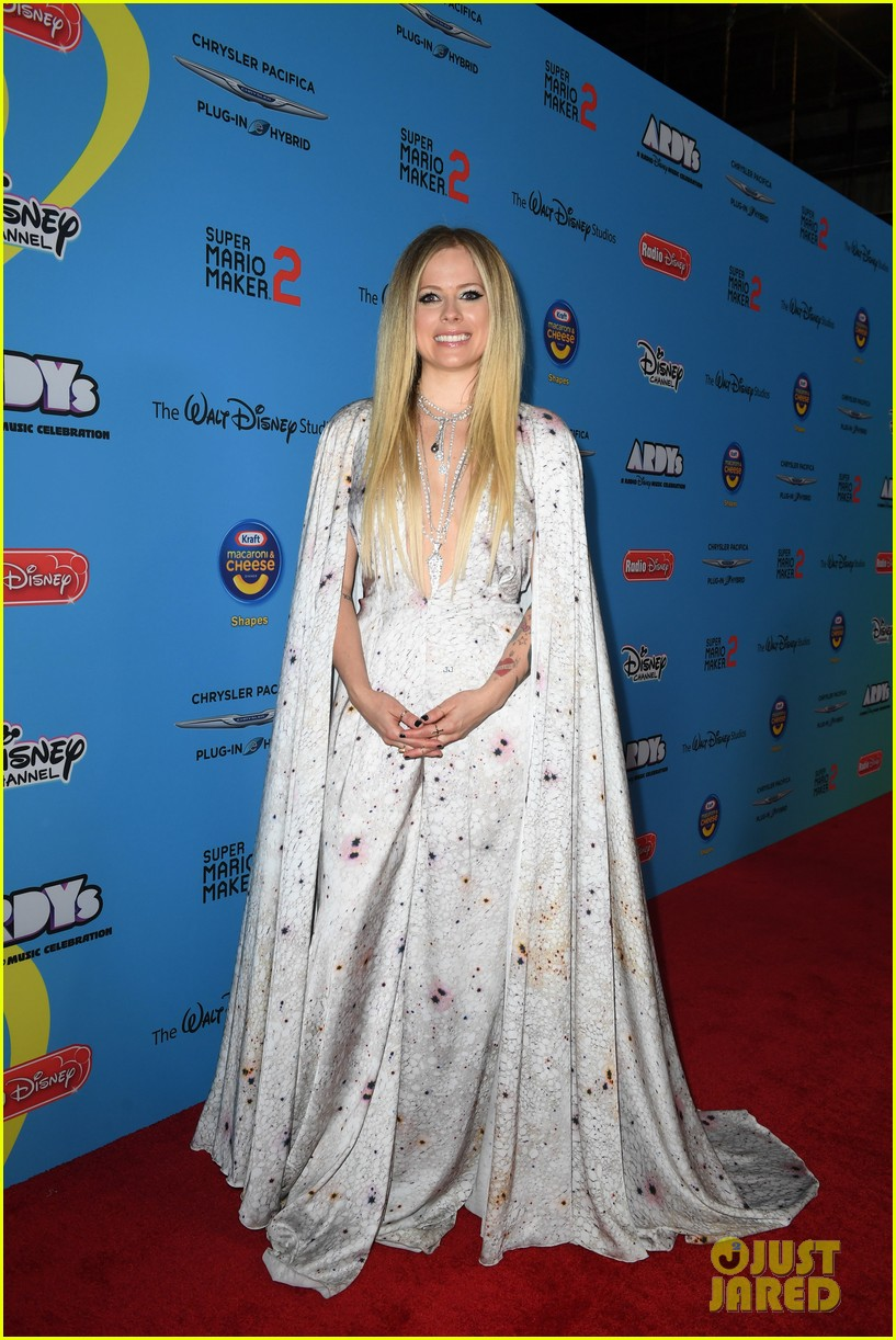avril lavigne accepts special honor at ardys 2019 014310835