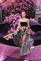 bella hadid gigi irina shayk stella maxwell versace show 18