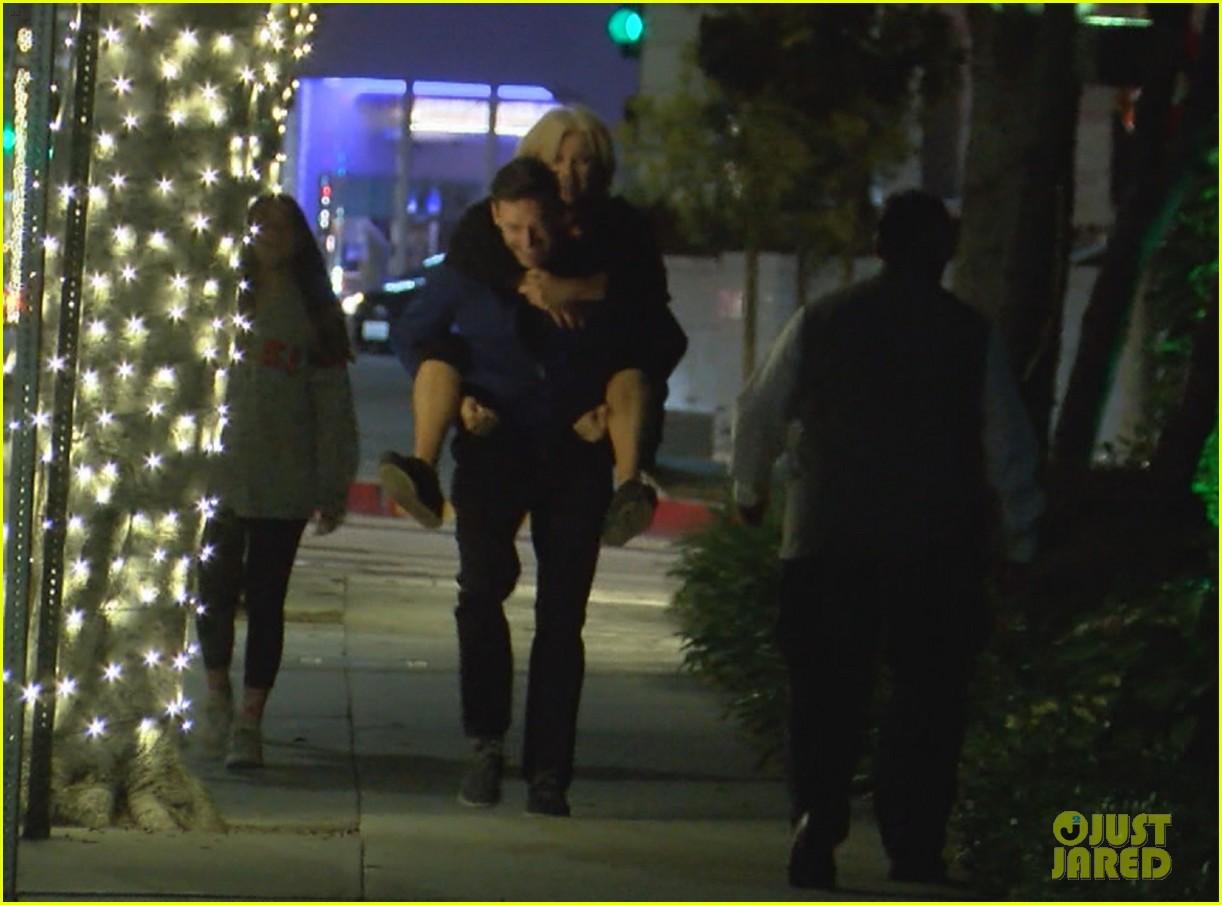 hugh jackman gives wife piggyback ride 01