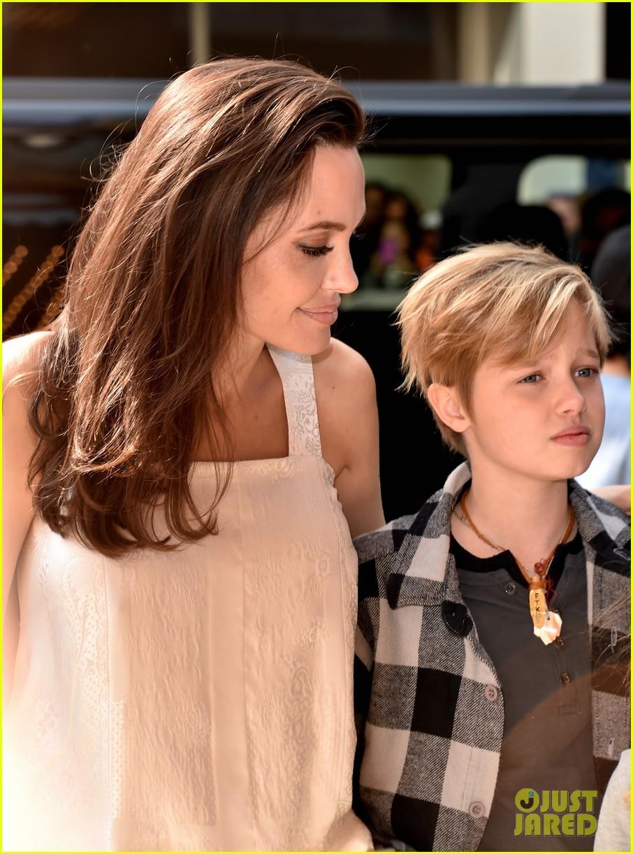 angelina jolie with her kids 04