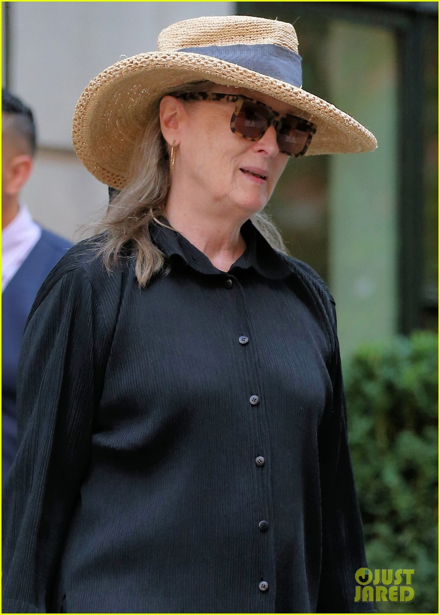 meryl streep arrives in nyc after attending venice film festival 04