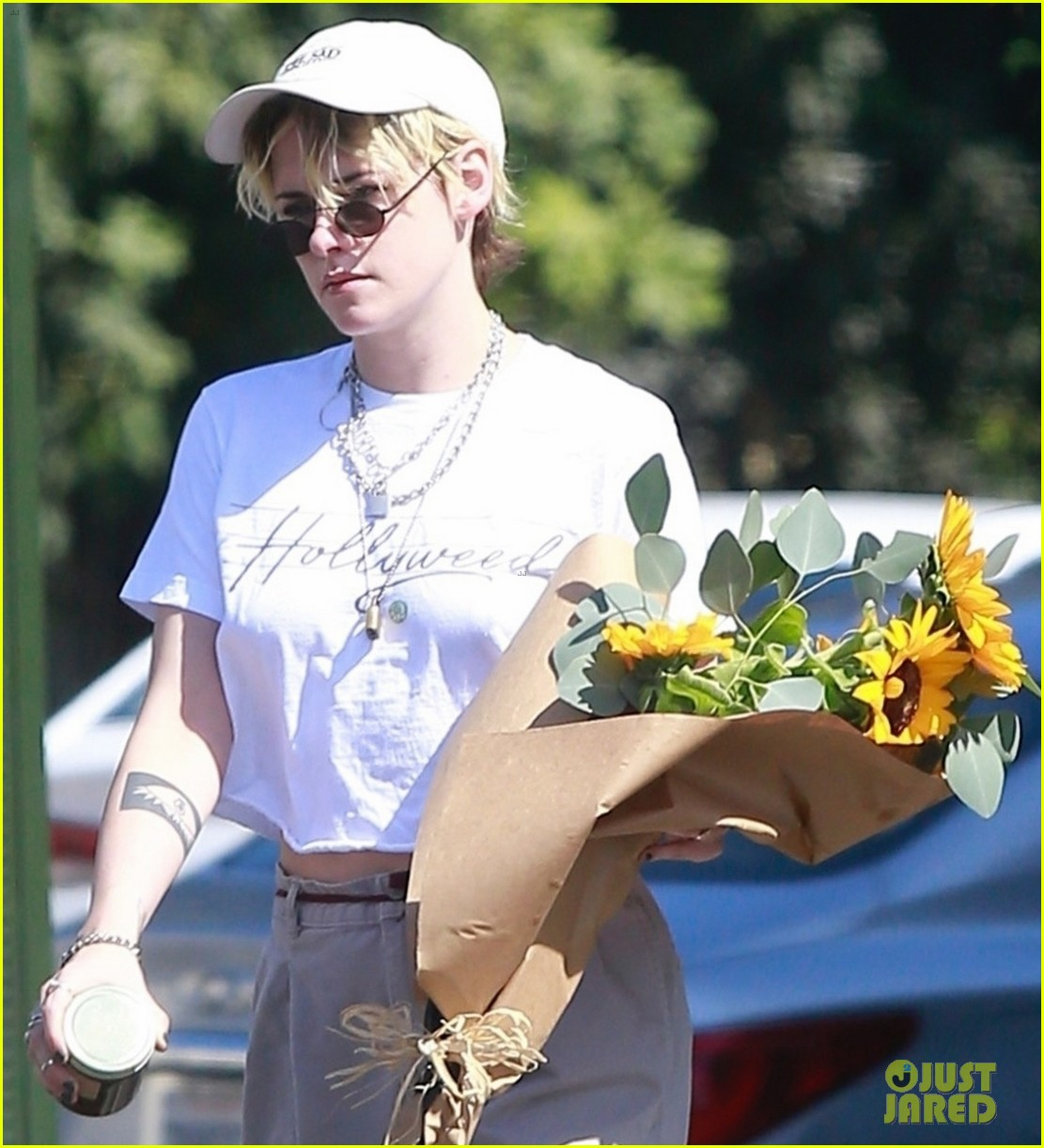 kristen stewart picks up a bouquet of sunflowers while out in la 03