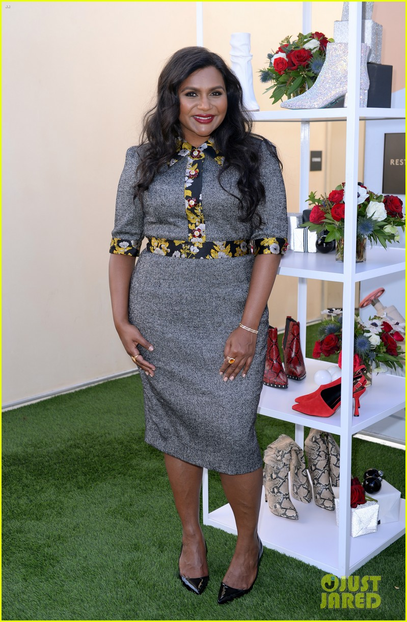 mindy kaling attends dsw gives do good pop up event 02