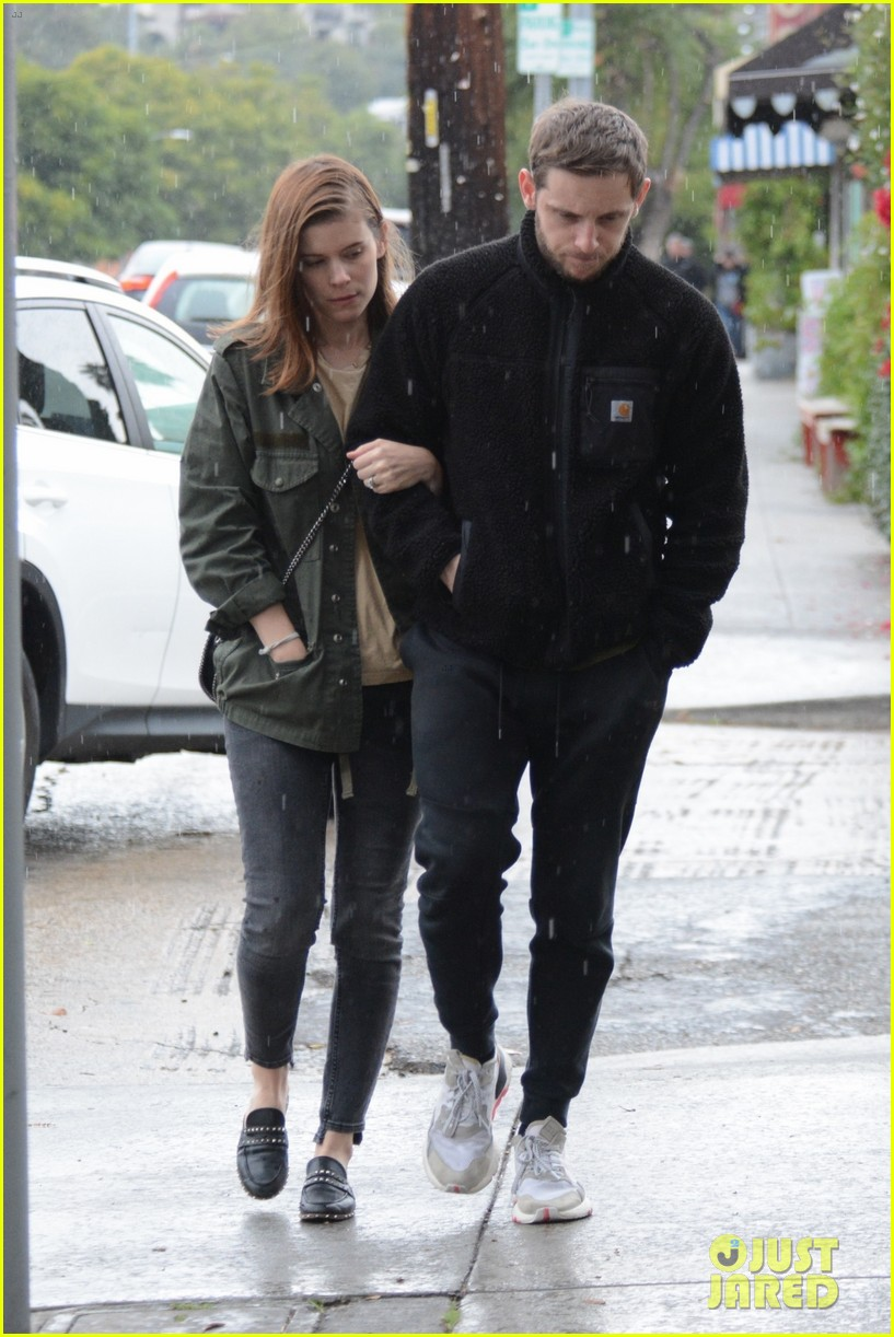 kate mara jamie bell couple up stroll in rainy la 03