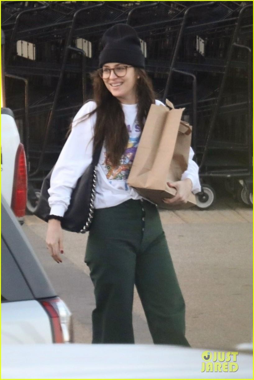 dakota johnson all smiles while grocery shopping 03