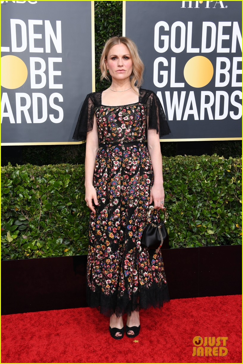 anna paquin floral look golden globes 2020 stephen moyer 09