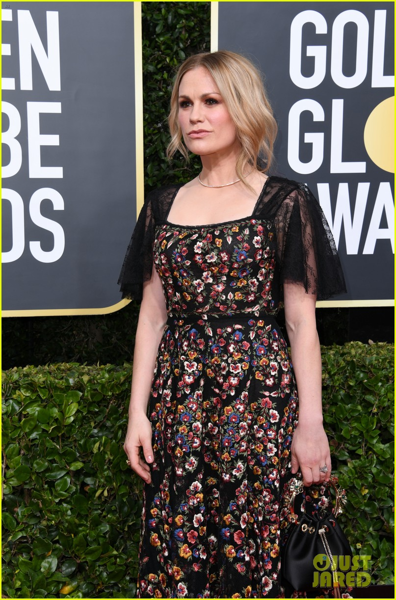 anna paquin floral look golden globes 2020 stephen moyer 10