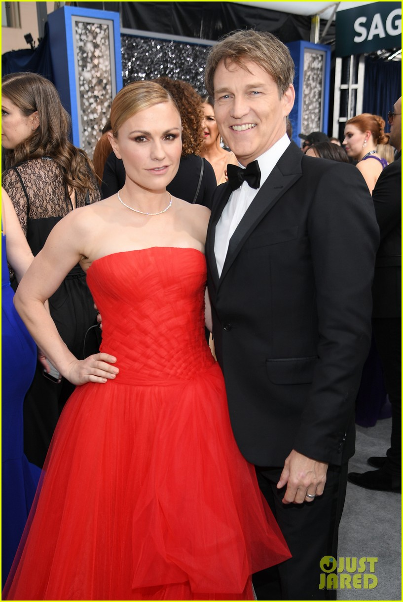 anna paquin ravishing red stephen moyer sag awards 2020 19