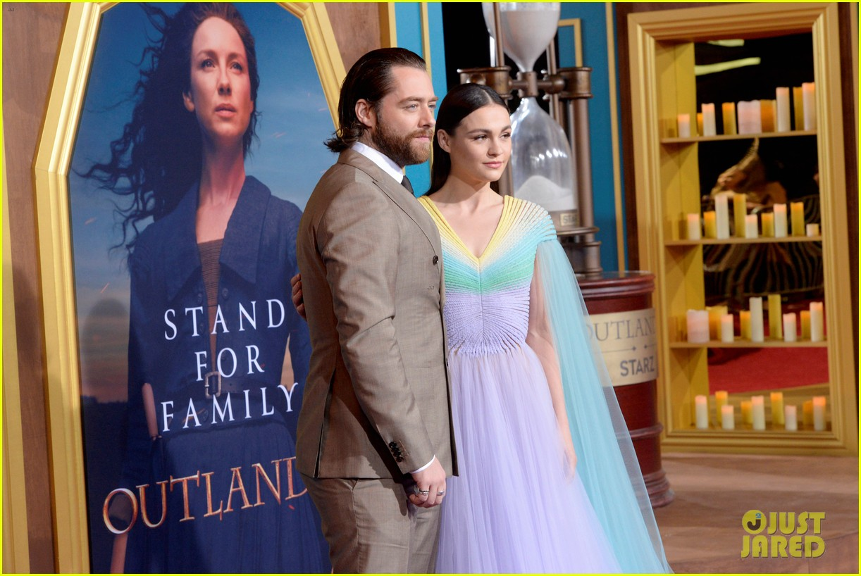 caitriona balfe sam heughan big outlander news at season 5 premiere 27