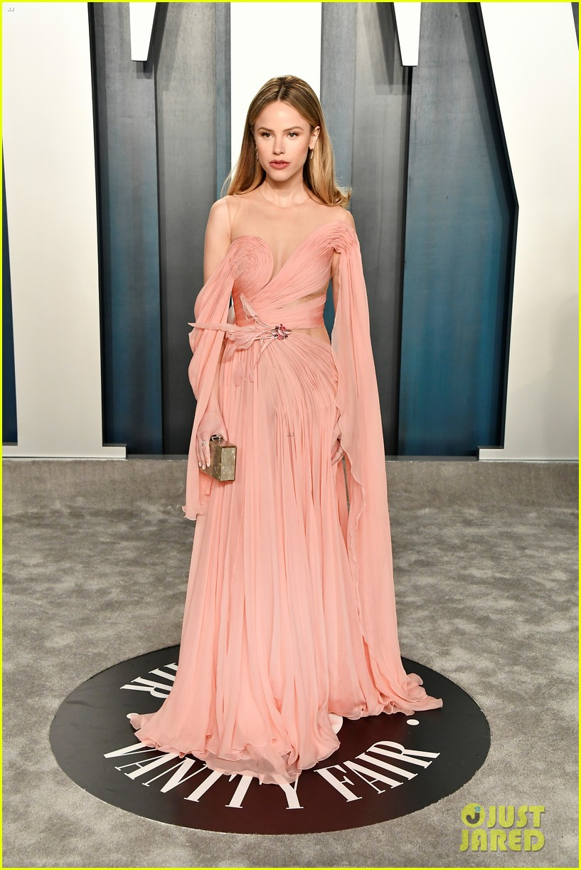 Zoey Deutch Looks Like A Goddess In Hooded Dress At Vanity Fair Oscar Party 2020 Photo 4435306 2020 Oscars Parties Abigail Breslin Halston Sage Zoey Deutch Pictures Just Jared