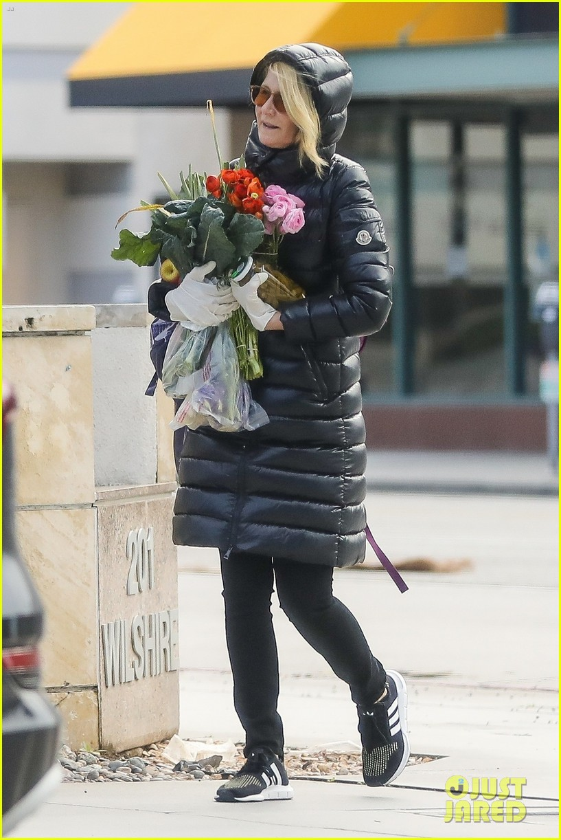 laura dern buys flowers during outing 05