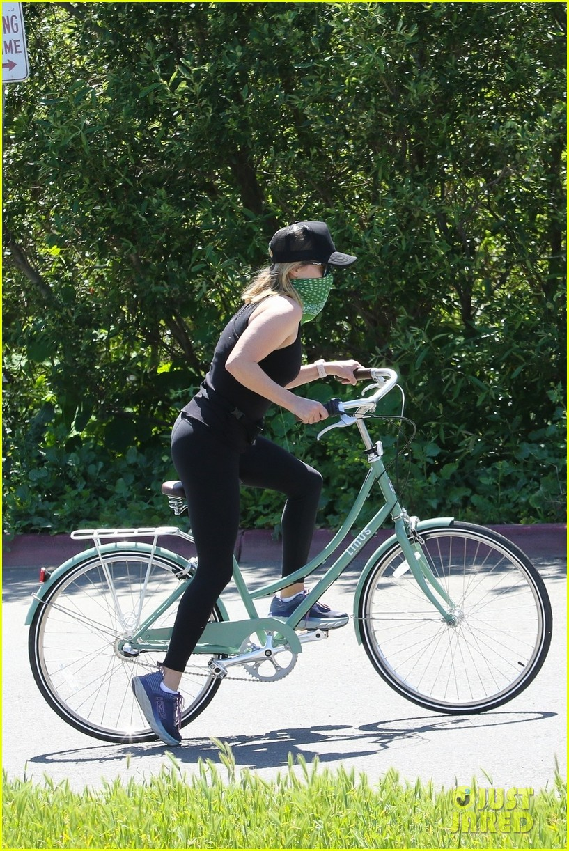 reese witherspoon bike april 2020 02