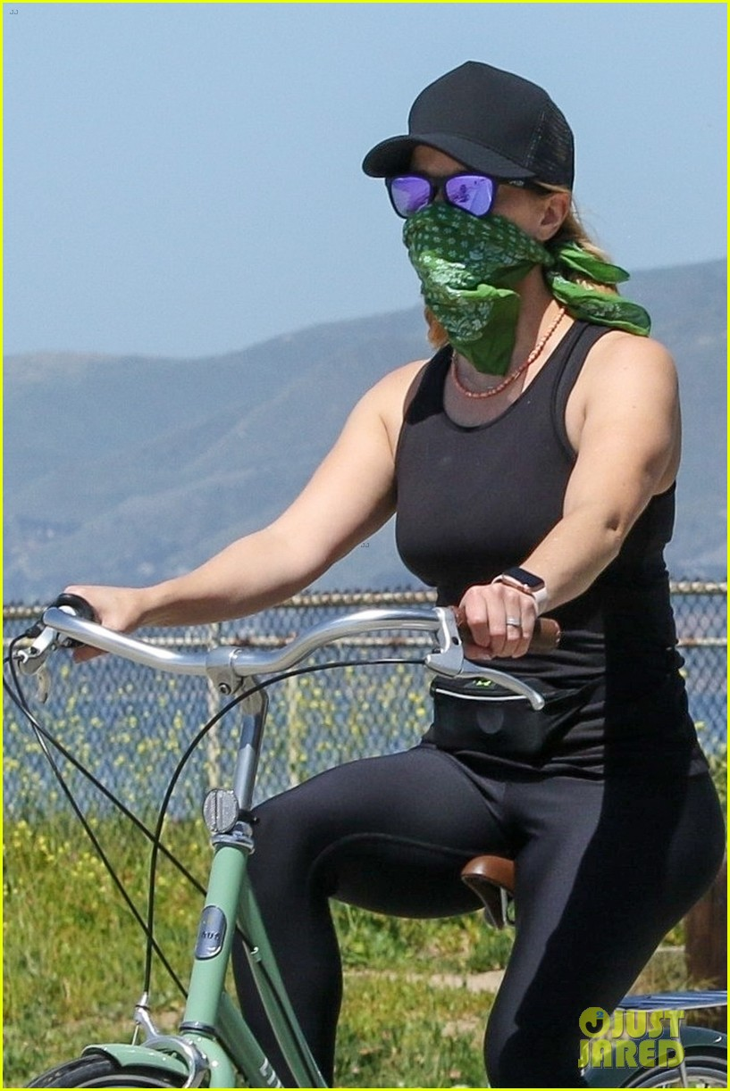 reese witherspoon bike april 2020 05