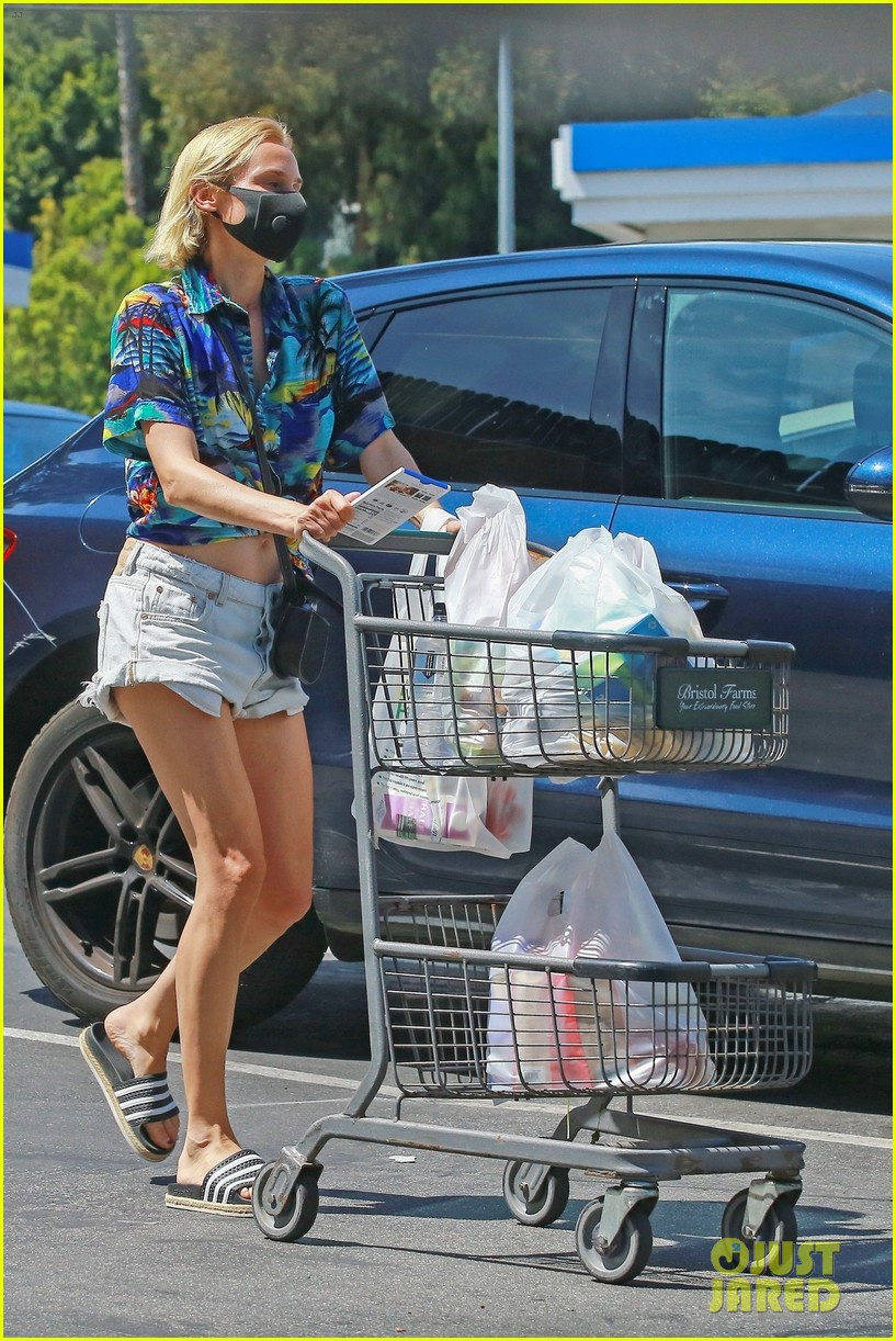 diane kruger shows off midriff grocery store run 03