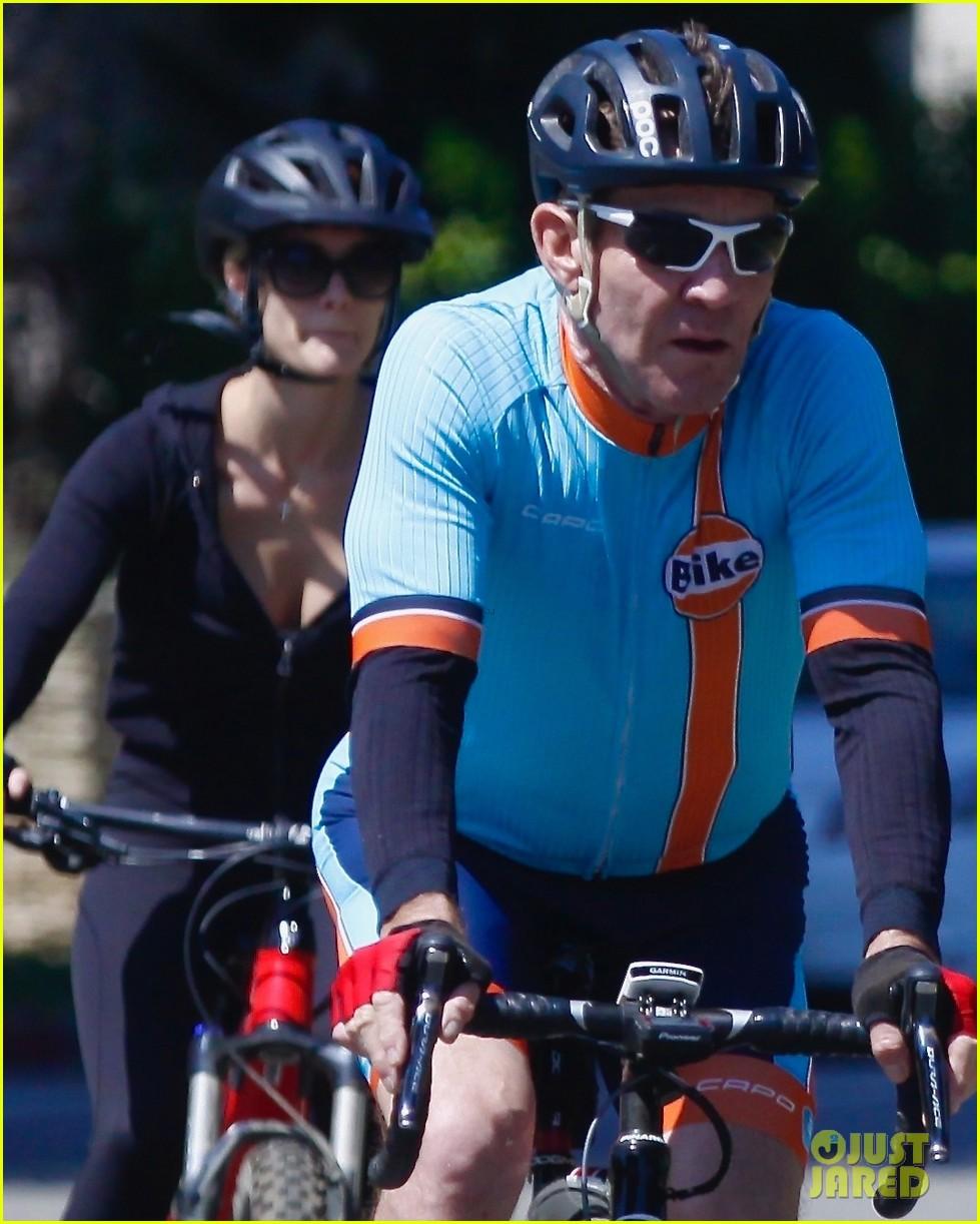 dennis quaid goes for bike ride fiancee lauren 02