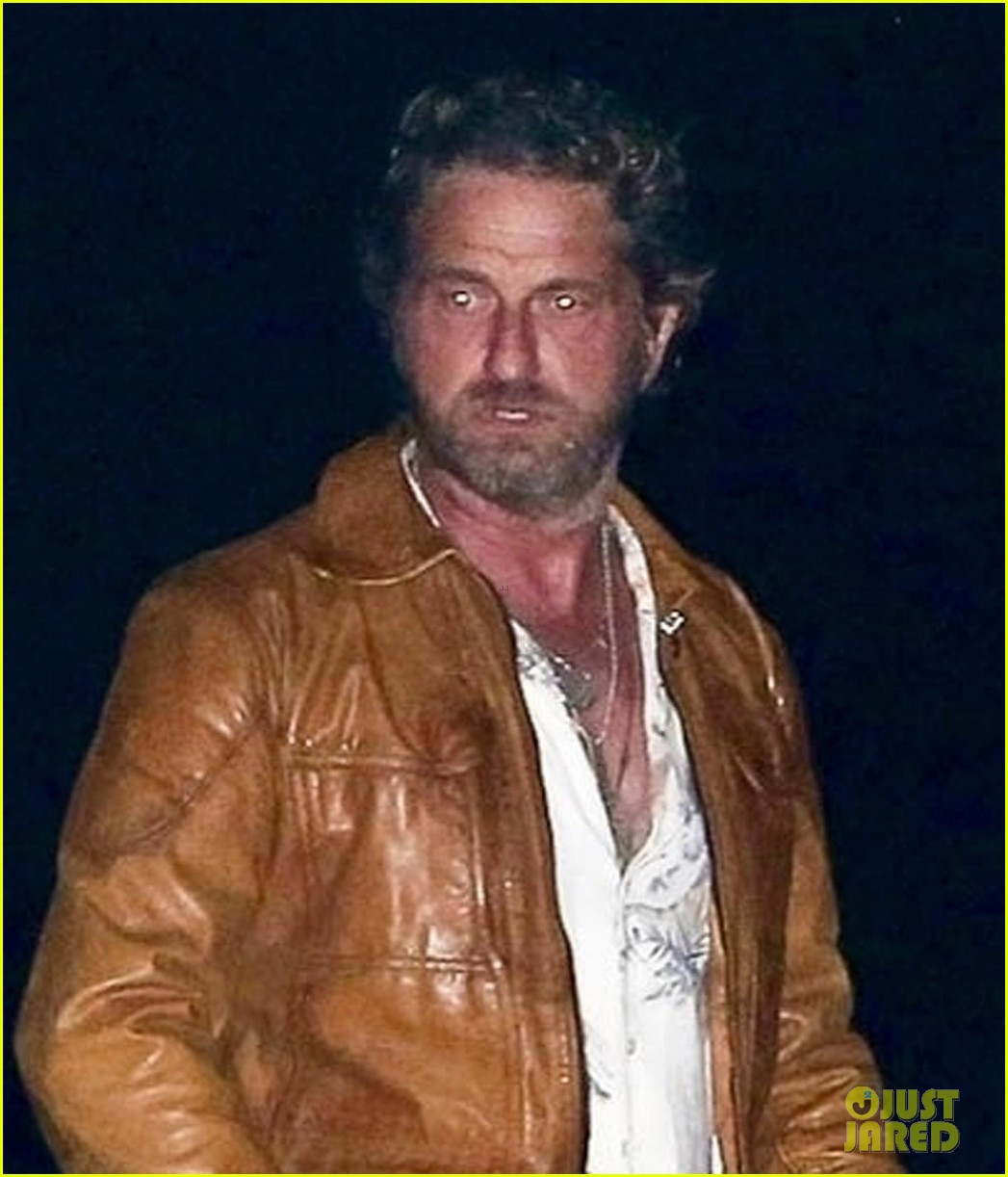 gerard butler goes out for dinner 04