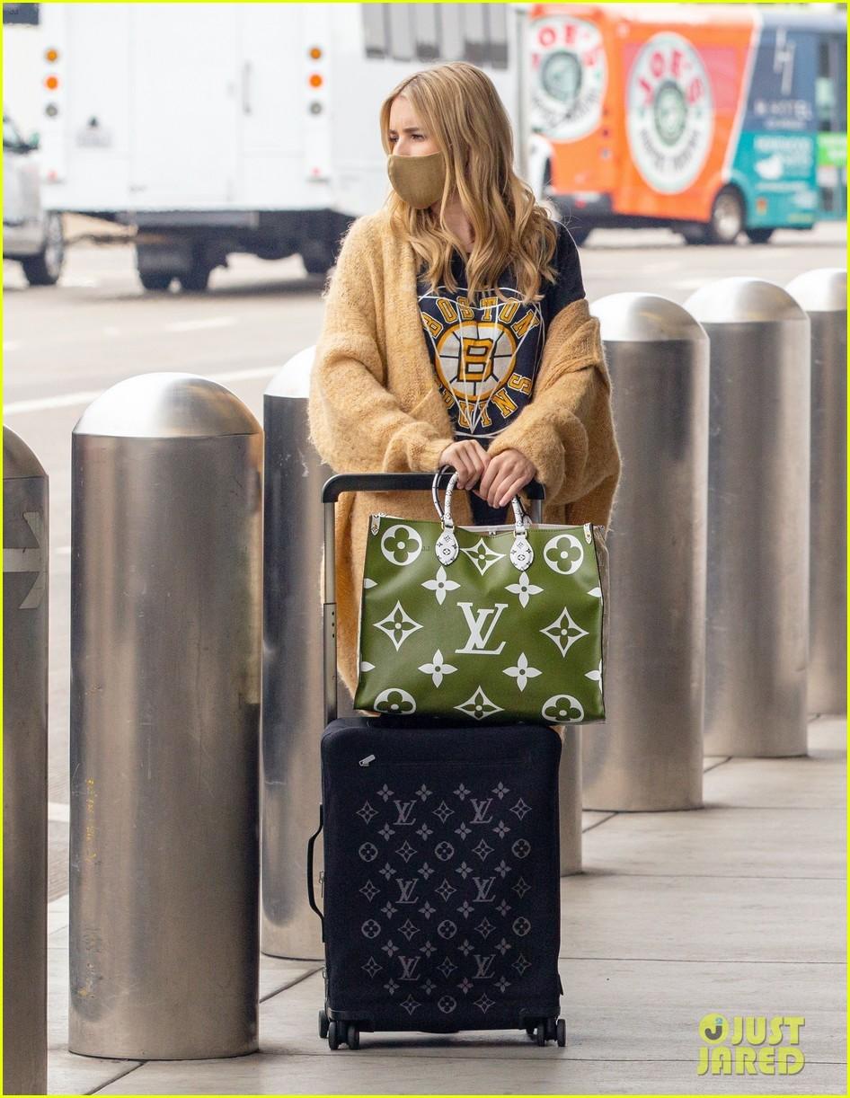 emma roberts garrett hedlund airport after pregnancy news 08
