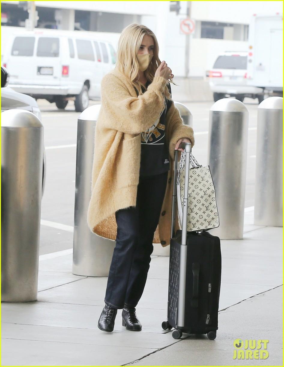 emma roberts garrett hedlund airport after pregnancy news 27