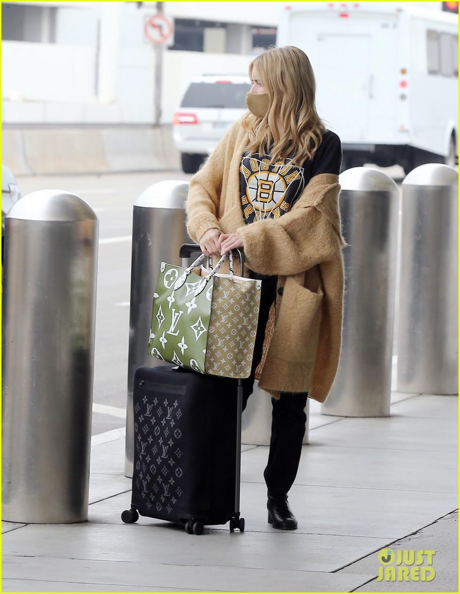 emma roberts garrett hedlund airport after pregnancy news 28