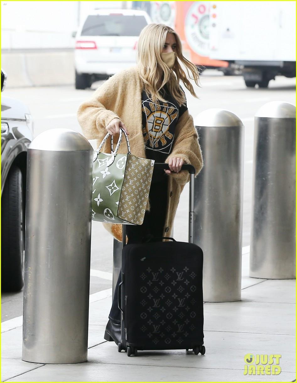 emma roberts garrett hedlund airport after pregnancy news 31